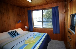 Moving Waters Self Contained Moored Houseboat - Dalby Accommodation